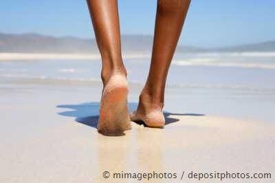 Barfuss laufen am Strand - Vorbeugung von Hallux valgus